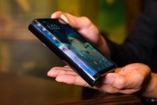 Samsung представила свой первый смартфон с гибким экраном