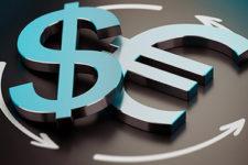 Стало известно, сколько валюты украинцы купили онлайн