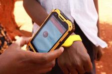 В Кении выпустили бесконтактные браслеты для детей