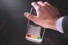 Жители Великобритании готовы вживить чипы для бесконтактной оплаты