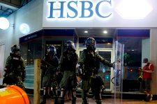 Демонстранты в Гонконге массово снимают деньги со счетов