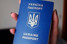 Банки будут обслуживать украинцев по загранпаспортам