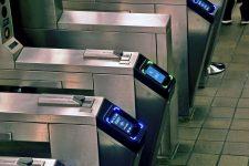 Считыватели поездок в метро Нью-Йорка списывают двойную оплату за проезд из-за Apple Pay