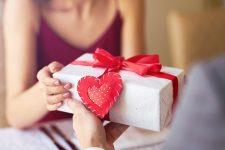 Кроме цветов и конфет: что подарить на День Влюбленных