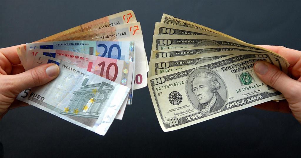 Как купить валюту, не посещая банк и обменник