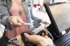 Если закончились деньги: POS-терминалы в магазинах позволят использовать несколько карт для оплаты