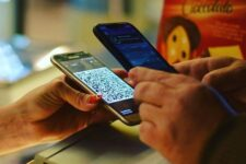 Популярность мобильных кошельков растет: что украинцы оплачивают с телефона