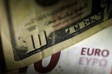 Евро стабилизируется после бурных колебаний на валютном рынке