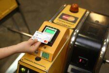 Повсеместный прием банковских карт: на 23 станциях метро в Киеве обновят турникеты