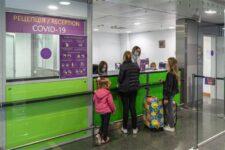 Авиапассажиры смогут пройти экспресс-тесты на коронавирус в Украине: сколько стоит и где доступна услуга