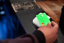 Известный сервис денежных переводов расширяет свою программу дебетовых карт