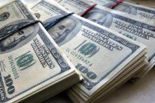 Долларовые резервы центробанков достигли минимального за четверть столетия уровня