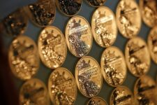 Драгоценные и цинковые: стоит ли инвестировать в памятные монеты