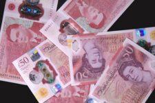 Великобританія відмовиться від паперових банкнот з наступного року