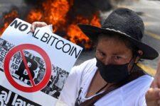 У Сальвадорі тривають протести проти легалізації біткоіна